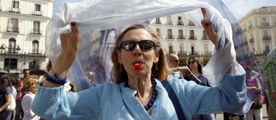 Los trabajadores de la Comunidad de Madrid hicieron ayer un nuevo paro de media hora en sus puestos de trabajo, justo a las doce del mediodía. Algunos, como los empleados de Justicia, hicieron pitadas y caceroladas. Otros, como los de la Puerta del Sol (en la imagen), prefirieron un desayuno improvisado durante la interrupción de la jornada.