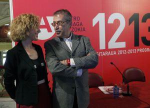 La concejala de Cultura de Bilbao, Igone Bengoetxea, y el director artístico del Arriaga, Emilio Sagi, ayer en la presentación de la temporada 2012-2013.
