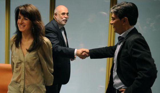 Jesús Loza saluda al parlamentario de Ezker Anitza, Mikel Arana, en presencia de Ezenarro.