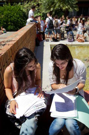 Dos alumnas, ayer, repasando los apuntes antes del examen.