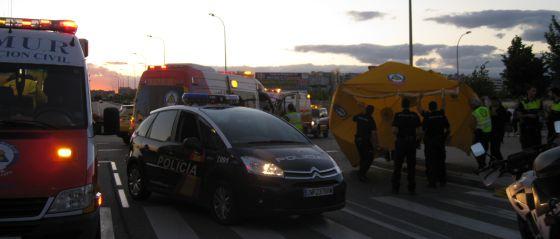 Efectivos de los servicios de Emergencia y Policía, en el atropello de anoche.