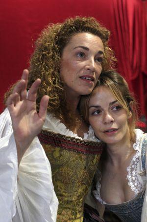 Las actrices Cristina Marcos (izquierda) y María Adánez en un ensayo de la obra.