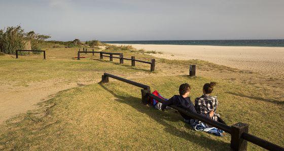 Una pareja contempla la playa de Valdevaqueros, en Tarifa.
