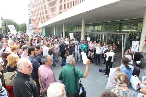Concentración de apoyo a los editores de la revista 'Cafeambllet', ayer ante la Ciudad de la Justicia de Barcelona.