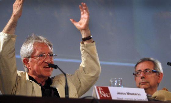 El filósofo Jesús Mosterín y el vicerrector de Cultura, Antonio Ariño, ayer, en el Aula Magna de la Nau de la Universitat.