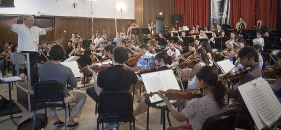 Un ensayo de la Orquesta West-Eastern Divan dirigido por Daniel Barenboim en el taller de Pilas (Sevilla) en 2011.