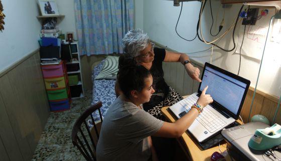 Encarna Conde y su nieta Andrea, en su casa del barrio barcelonés de El Carmel.