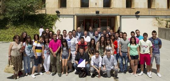 Los alumnos de los tres proyectos y sus tutores posan con miembros de la consejería de Educación y de El País.