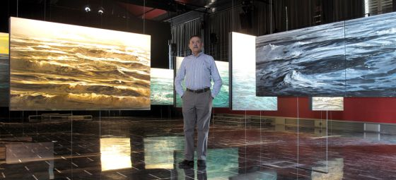 El pintor Enrique Santana, junto a varias de sus obras.
