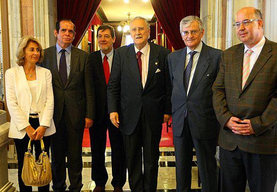 Desde la izquierda, la fiscal jefe de Bizkaia, Carmen Adán; Noreña; el presidente del Tribunal Superior, Juan Luis Ibarra; el alcalde de Bilbao, Iñaki Azkuna; el fiscal general del Estado, Eduardo Torres-Dulce; y Calparsoro, ayer, durante una recepción en el Ayuntamiento de la capital vizcaína.