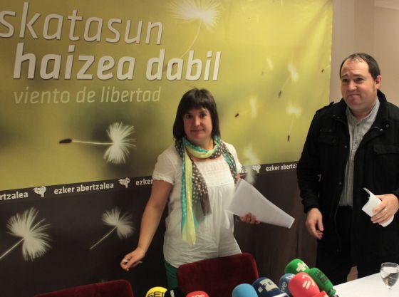 Maribi Ugarteburu y Pernando Barrena, el pasado jueves en una rueda de prensa en San Sebastián.