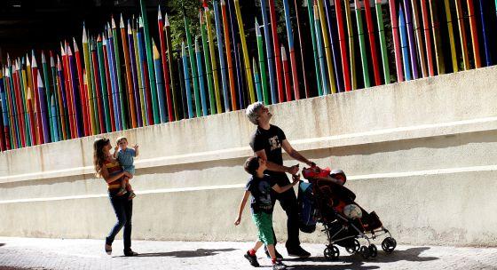 El colegio público Cervantes, en Valencia, adornó ayer el centro con una empalizada de lápices en protesta contra los recortes.