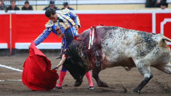 Fandiño, en un lance a 'Pocosueño', el toro de Torrestrella que ganó el premio a la res más brava.