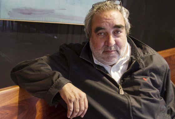 Eduardo Souto de Moura, en Vigo, sentado en un banco diseñado por él.