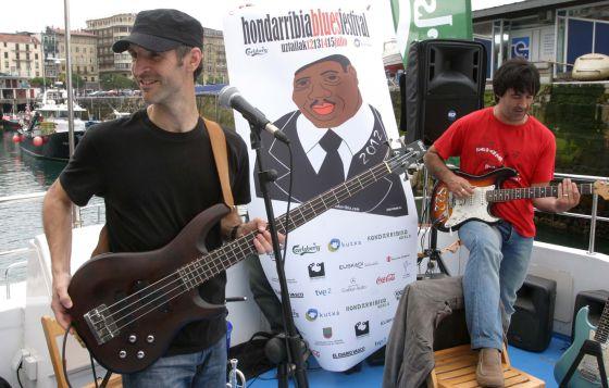El grupo Belceblues en directo durante la presentación del Hondarribia Festival Blues, en el puerto donostiarra.