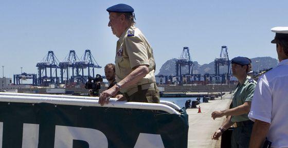 El Rey sube a bordo del buque de la Guardia Civil 'Río Segura' en Algeciras.