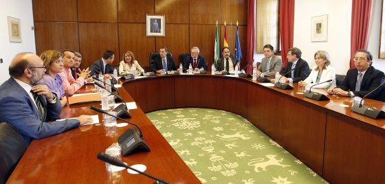Los integrantes de la comisión de investigación de los ERE, en la primera reunión en el Parlamento andaluz.