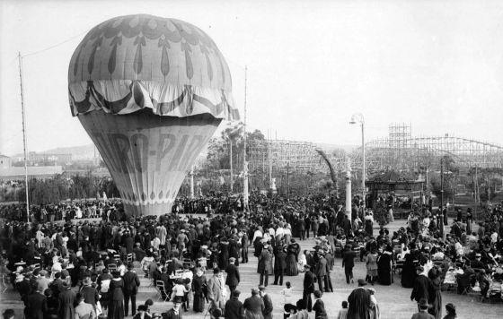 Imatge del Turó Park, el 1914, on es poden apreciarels globus aerostàtics i les muntanyas russes.
