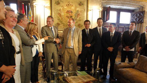 Alberto Fabra recibe a la delegación de la Comisión de Control Presupuestario del Parlamento Europeo en el Palau.