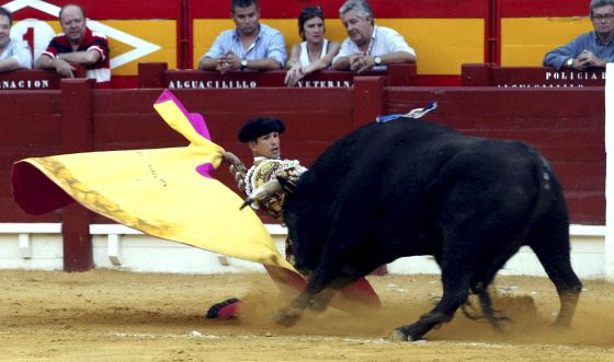 José María Manzanares recibe de rodillas al segundo de su lote.