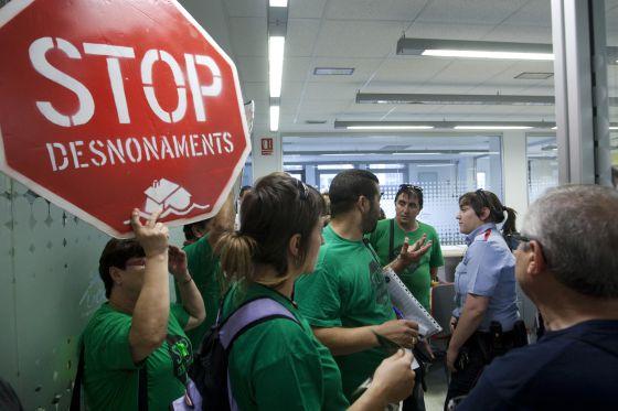 Miembros de la Plataforma de Afectados por la Hipoteca en las oficinas de UCI en Barcelona.