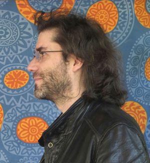 O poeta Xabier Cordal, nun bar de Lugo ao pé do río Miño.