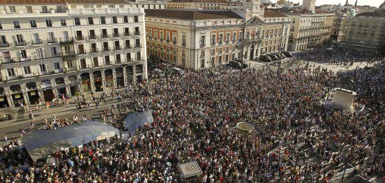 Más de dos mil personas, reunidas en una gran cacerolada en Sol el 15 de mayo.