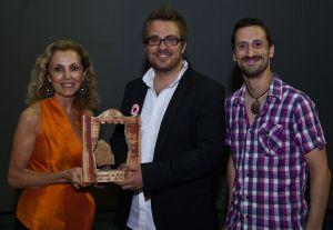 María Ángeles Fayos entrega el premio Avetid a Alberto Ibáñez y Pau Ayet