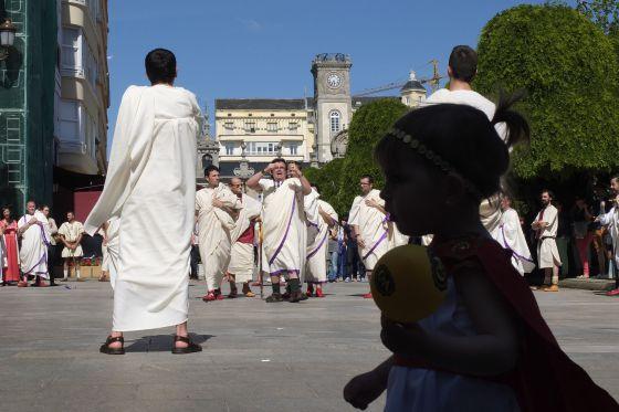 Un grupo de lucenses vestidos de romano en la primera sesión, ayer, del Arde Lucus.