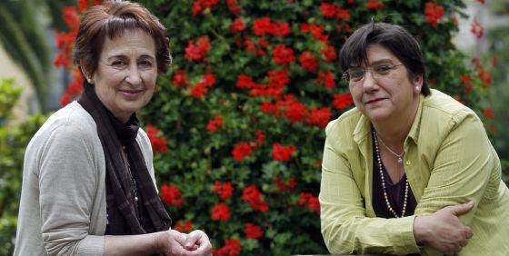 Mari Carmen Hernández (a la izquierda) y Edurne Brouard posan en un parque de Bilbao antes de su conversación.