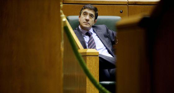 Patxi López, durante una de las sesiones plenarias en el Parlamento de Vitoria.