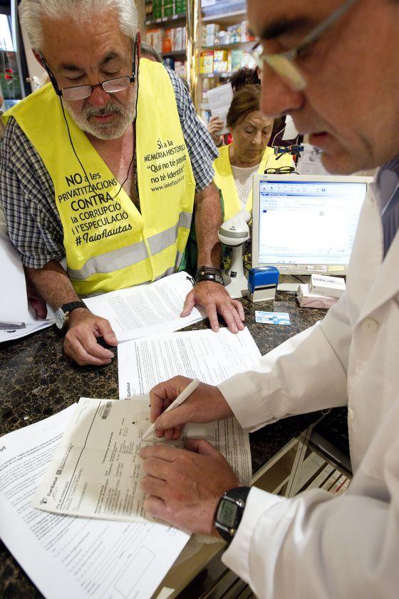 Miguel Tomás rellenando los impresos por no pagar los dos euros de dos recetas