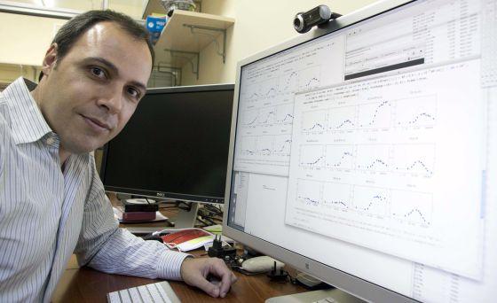 José Vilar posa en su despacho de la Unidad de Biofísica de la UPV, en Leioa.