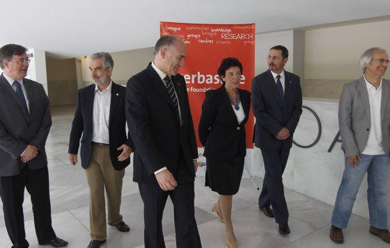 Goirizelaia y Celaá junto a Cossío y los directores científicos de los tres nuevos centros de investigación