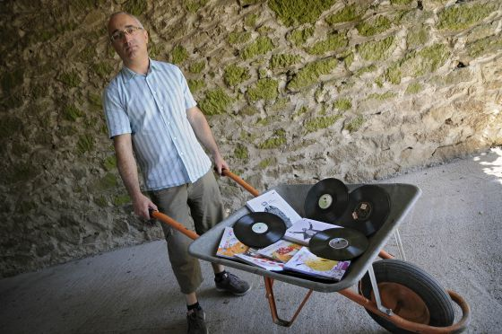 José Manuel Aldea, director de Ouvirmos, con algunos de los libros y discos que ha editado.