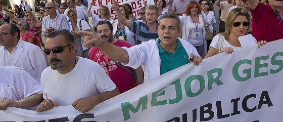Profesionales del Hospital Virgen del Rocío durante una protesta reciente por los recortes.