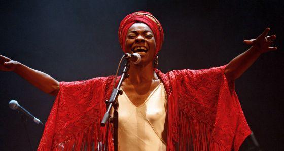 La cantante Concha Buika, durante su actuación en el teatro del Círculo de Bellas Artes de Madrid
