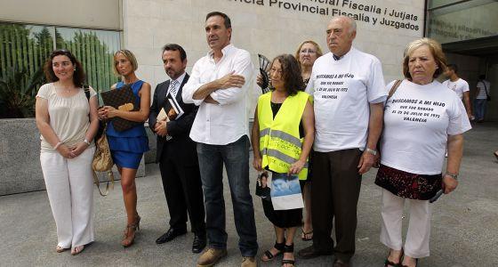 Cuatro de los demandantes por la falta de información de la Casa Cuna (a la izquierda), junto a afectados por el robo de bebés.