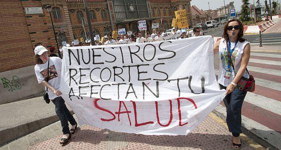 Personal sanitario protesta contra los recortes salariales en Almería.