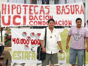 Varios concentrados en la Almudena contra los desahucios.