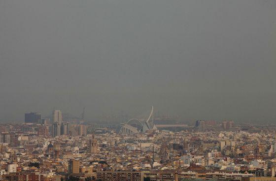 Una densa humareda cubría toda la ciudad de Valencia.