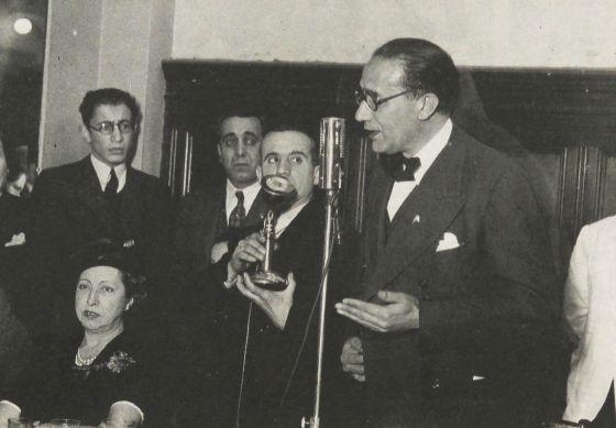 Castelao, ante el micrófono, en el salón Prince George´s Hall de Buenos Aires, el 18 de agosto de 1940.
