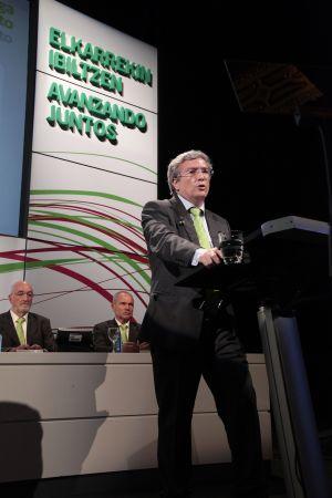 El presidente de Ipar Kutxa, Carlos Oses, en un momento de su intervención ante la Asamblea de la entidad
