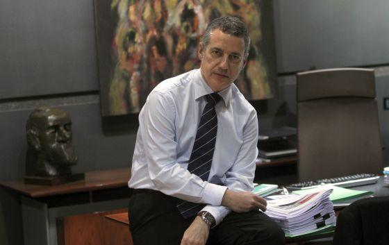 El presidente del PNV, Iñigo Urkullu, posa junto a varios documentos en la mesa de trabajo que tiene en su despacho de Sabin Etxea.