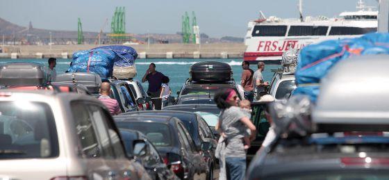 Colas para embarcar, este domingo en el Puerto de Algeciras.