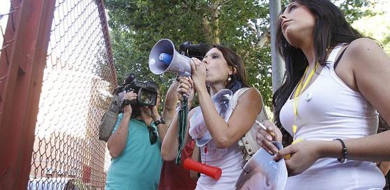 Familiares de la madre de los dos hermanos desaparecidos, en una protesta ante los juzgados de Córdoba.