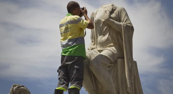 Estatua de la Puerta de Jerez en Sevilla, que fue decapitada esta madrugada durante la celebración de la Eurocopa 2012.