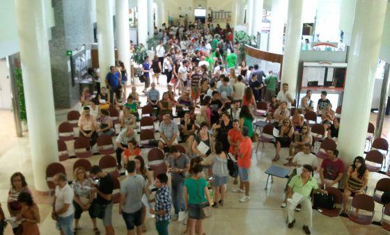 El cese masivo de interinos docentes colapsa las oficinas educativas de Valencia.