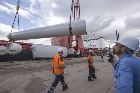 Piezas de un molino eólico, durante un embarque en el Puerto de Vigo para su exportación.