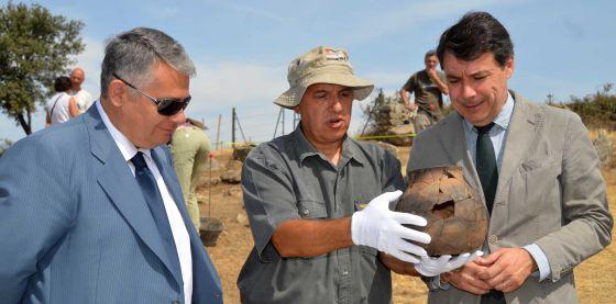 González, en una visita a un yacimiento arqueológico en Colmenar Viejo.